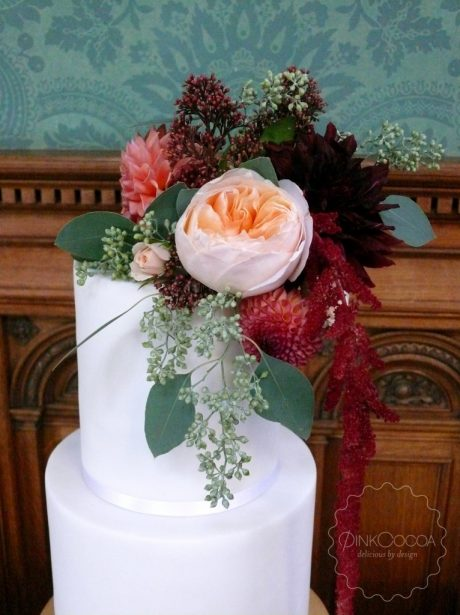 Red painted fresh flowers wedding cake